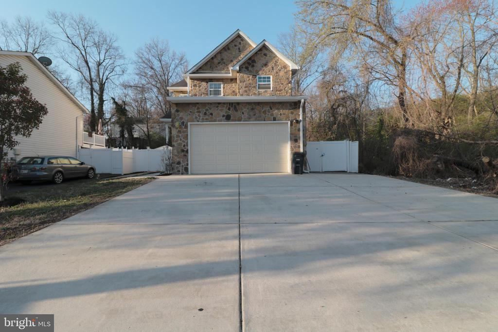 Garage w large driveway and double gate  for more - 5717 KOLB ST, FAIRMOUNT HEIGHTS