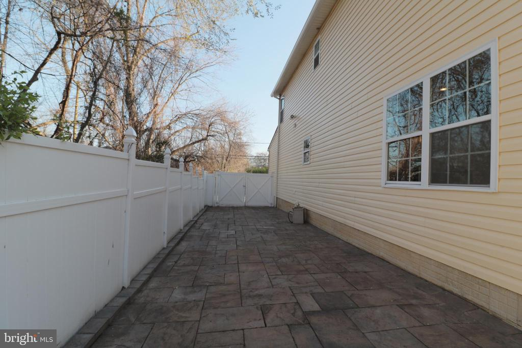 Right side with double gates for more parking - 5717 KOLB ST, FAIRMOUNT HEIGHTS