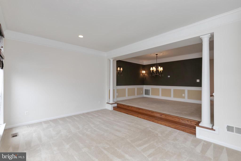 Entry is open with lots of natural light. - 22074 AVONWORTH SQ, BROADLANDS