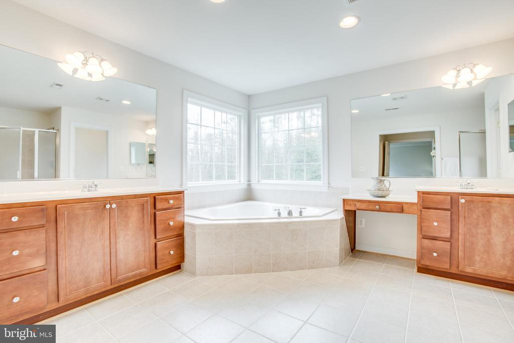 SECOND master bath with jetted tub - 7911 MADISON PLANTATION WAY, FREDERICKSBURG