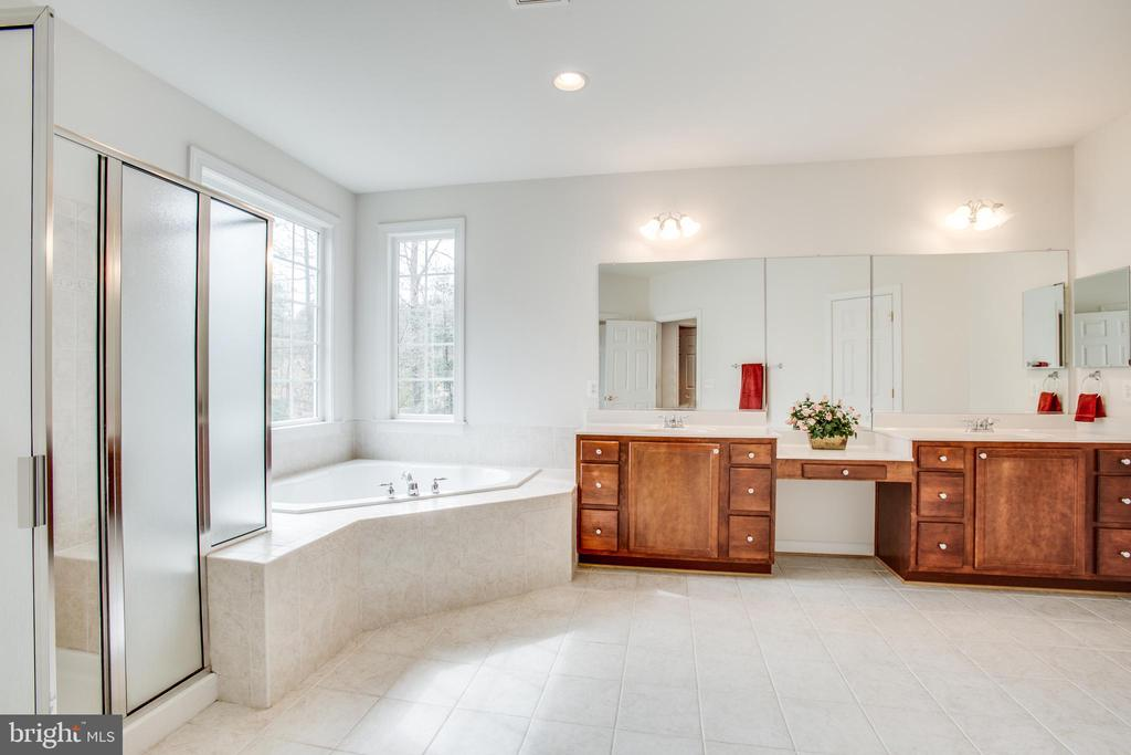Luxury master bath  - shower w/ seat & soaker tub - 7911 MADISON PLANTATION WAY, FREDERICKSBURG