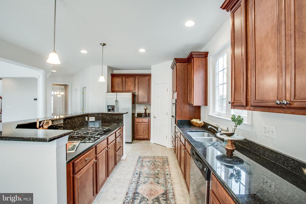 Built-in microwave & wall oven, double sinks - 7911 MADISON PLANTATION WAY, FREDERICKSBURG