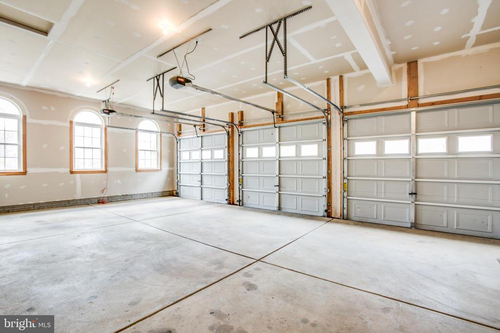 Oversized 3 car garage - 7911 MADISON PLANTATION WAY, FREDERICKSBURG