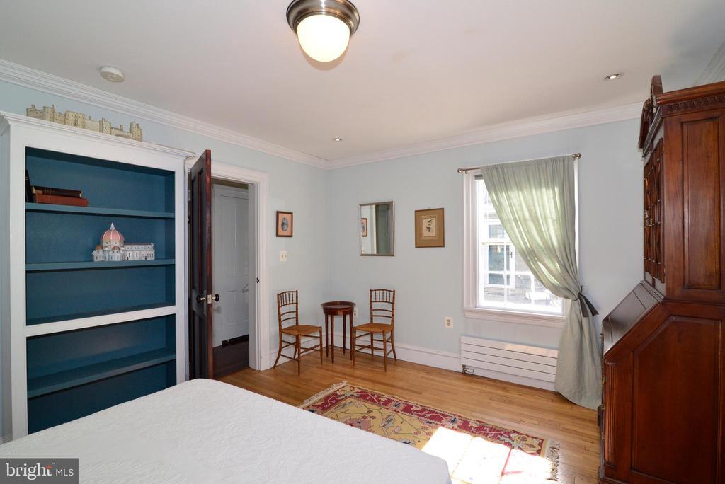 Main Le el Bedroom - 100 E COLONIAL HWY, HAMILTON