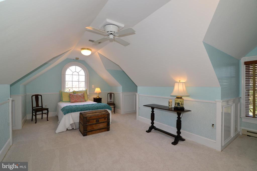 Master/5th Bedroom - 100 E COLONIAL HWY, HAMILTON