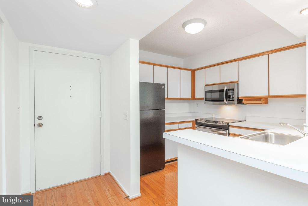 Kitchen with breakfast bar - 1401 17TH ST NW #604, WASHINGTON