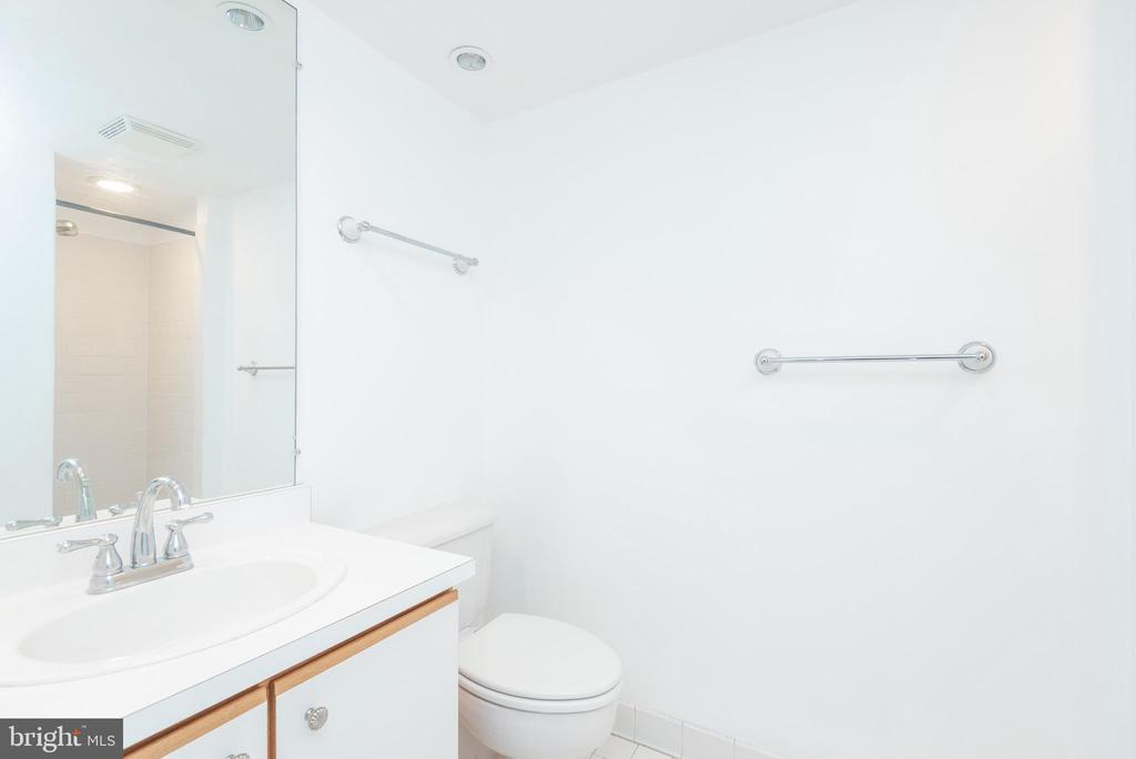 2nd full bath with tiled shower - 1401 17TH ST NW #604, WASHINGTON
