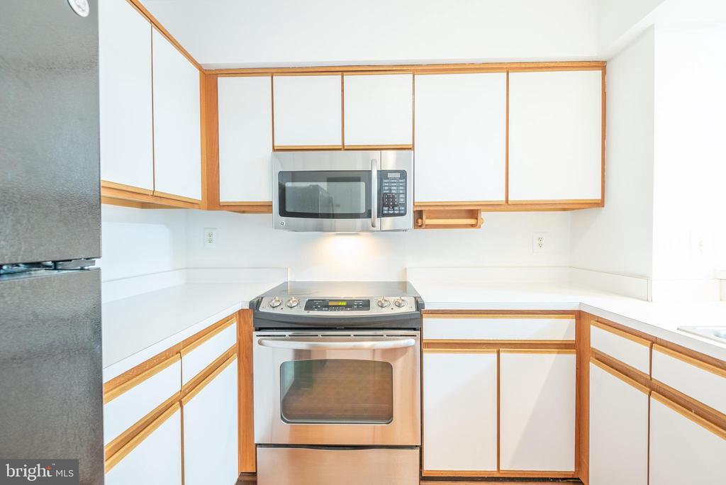 Kitchen boasts plenty of counter space - 1401 17TH ST NW #604, WASHINGTON