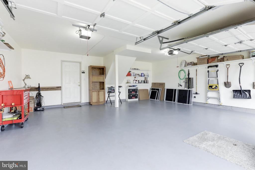 Large garage w/ ample space - 45827 COLONNADE TER, STERLING