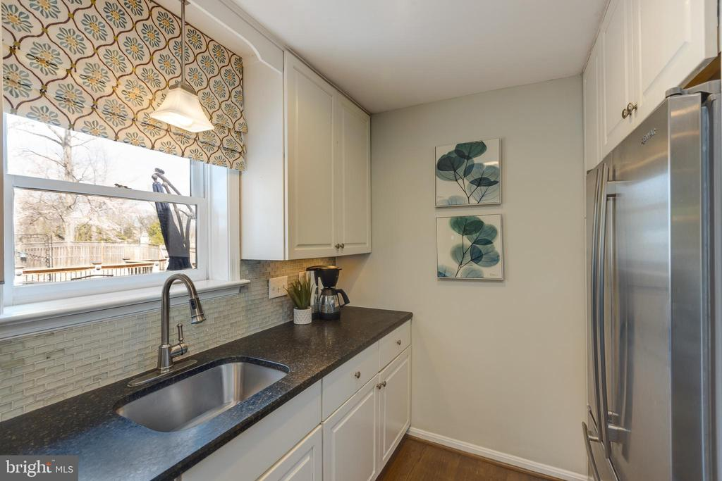 Kitchen with view of the back yard - 4635 35TH ST N, ARLINGTON