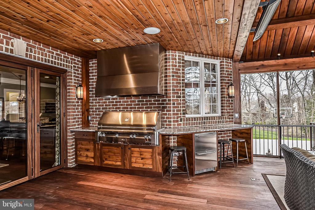 Outdoor Kitchen w/ Stainless Grill & Refrigerator - 2555 VALE RIDGE CT, OAKTON