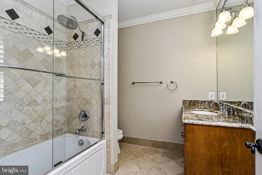 Full Bath En-suite  for Bdrm 2 - 2555 VALE RIDGE CT, OAKTON