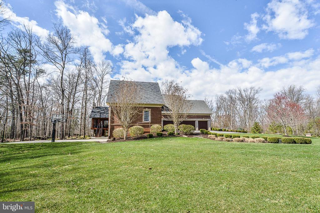 Large Grassy Side Yard - 2555 VALE RIDGE CT, OAKTON