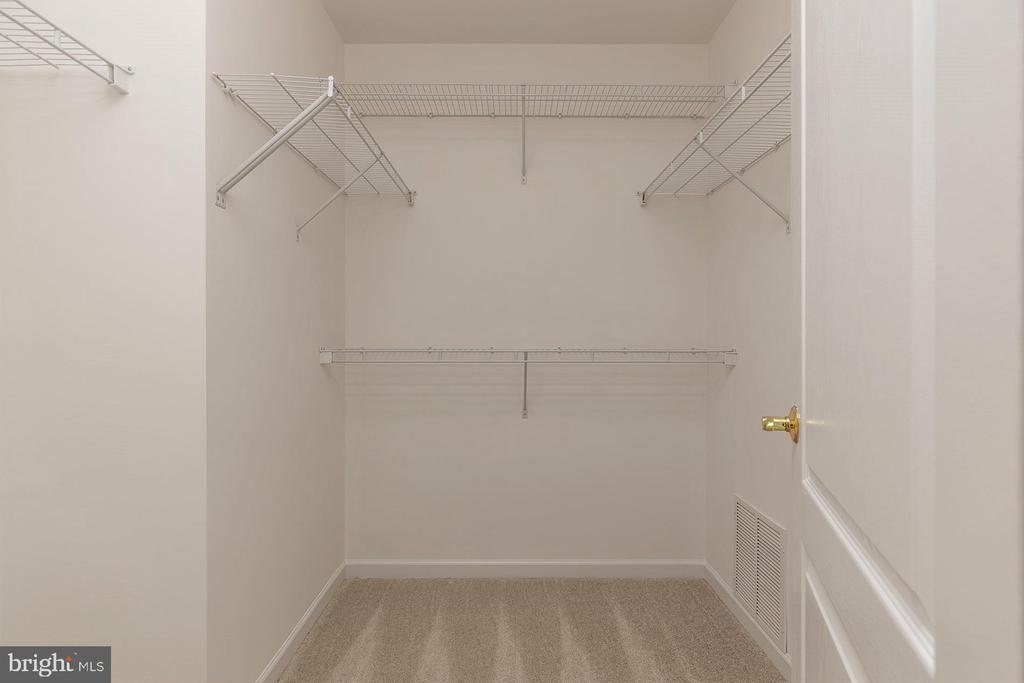 Master Walk In Closet - 42571 PELICAN DR, CHANTILLY
