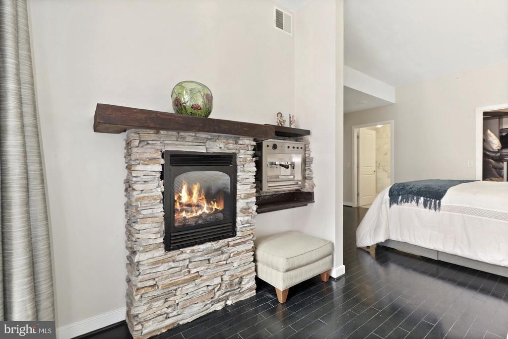 Master sitting area, gas fireplace, coffee bar - 1117 10TH ST NW #W10, WASHINGTON