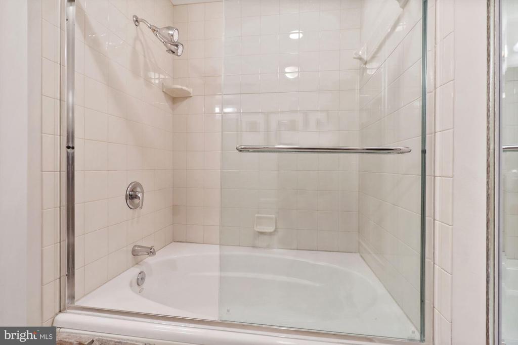 Full hall bath - 1117 10TH ST NW #W10, WASHINGTON