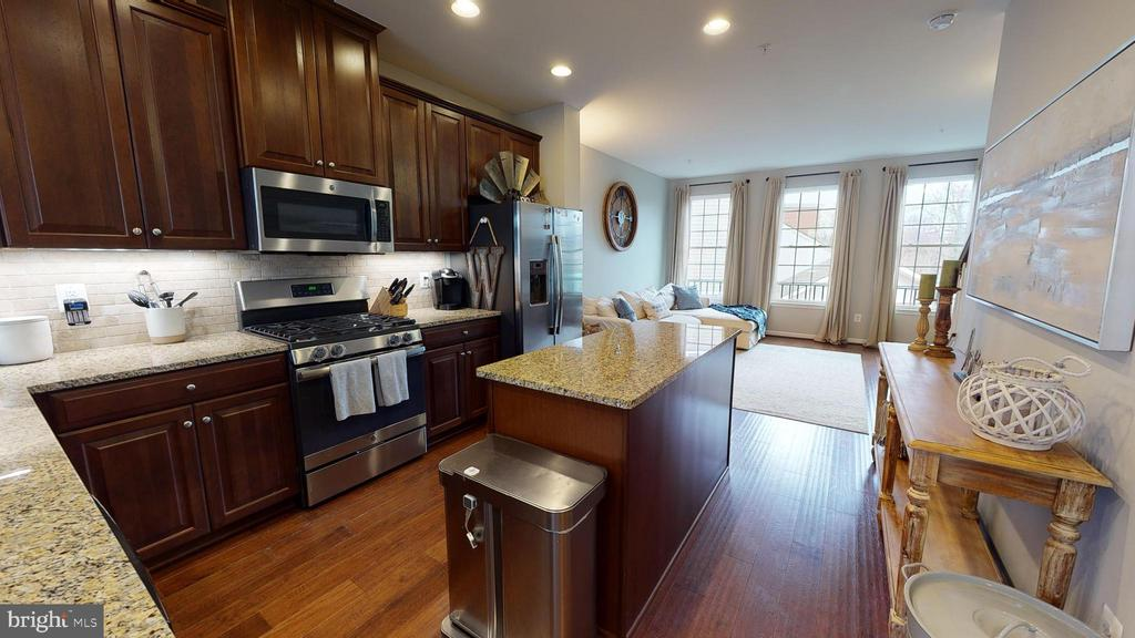 Granite countertops, tile backsplash, gas range - 416 HAUPT SQ SE, LEESBURG