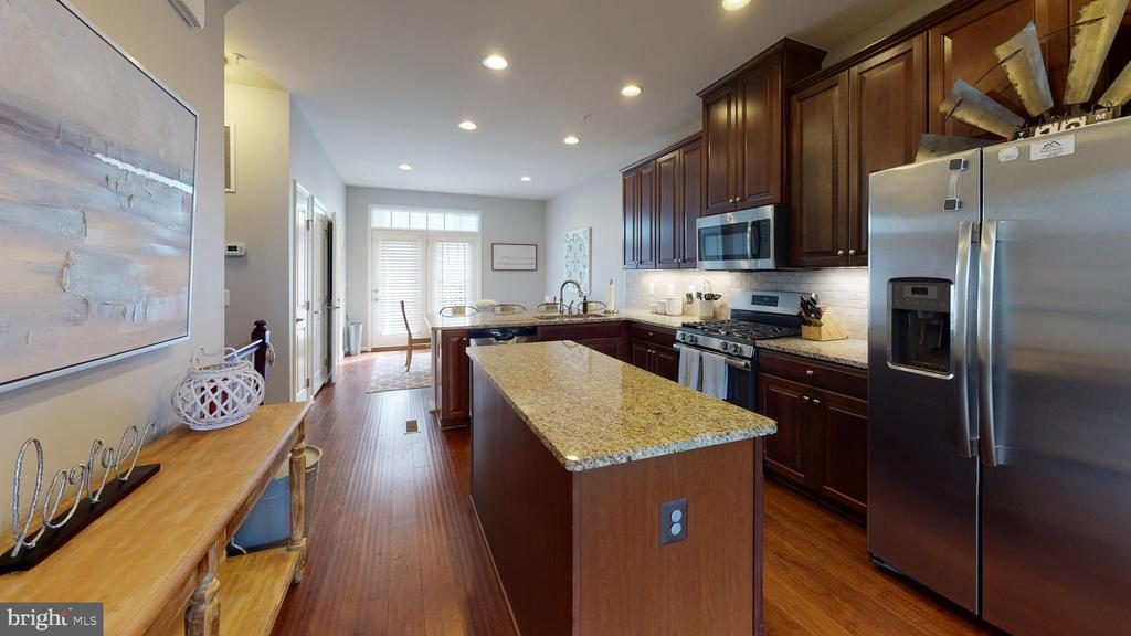 Spacious gourmet kitchen boasts center island - 416 HAUPT SQ SE, LEESBURG