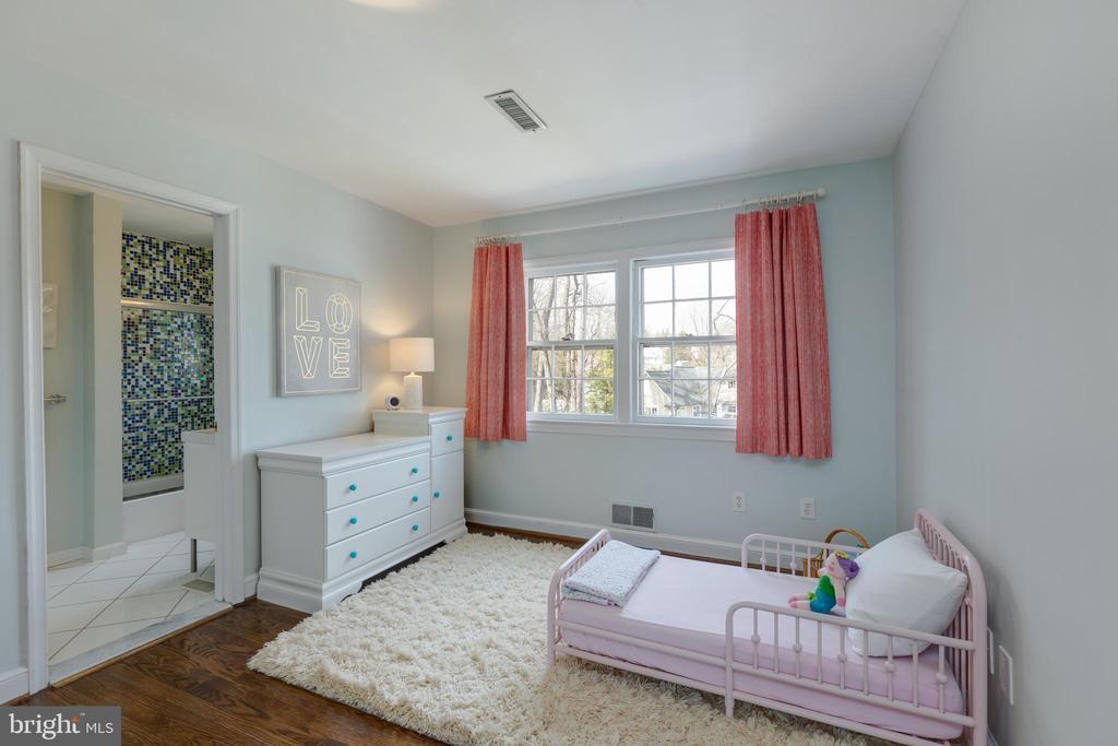 Sitting area in upper level bedroom #2 - 4635 35TH ST N, ARLINGTON