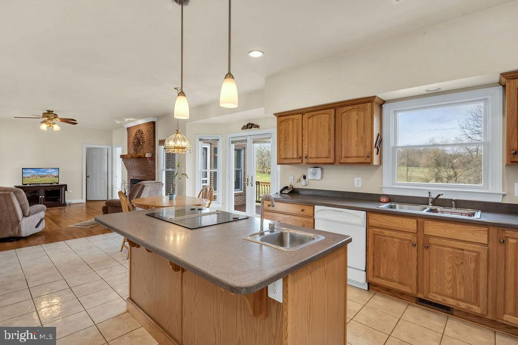 Kitchen With Abundant Cabinet Space - 39032 FRY FARM RD, LOVETTSVILLE
