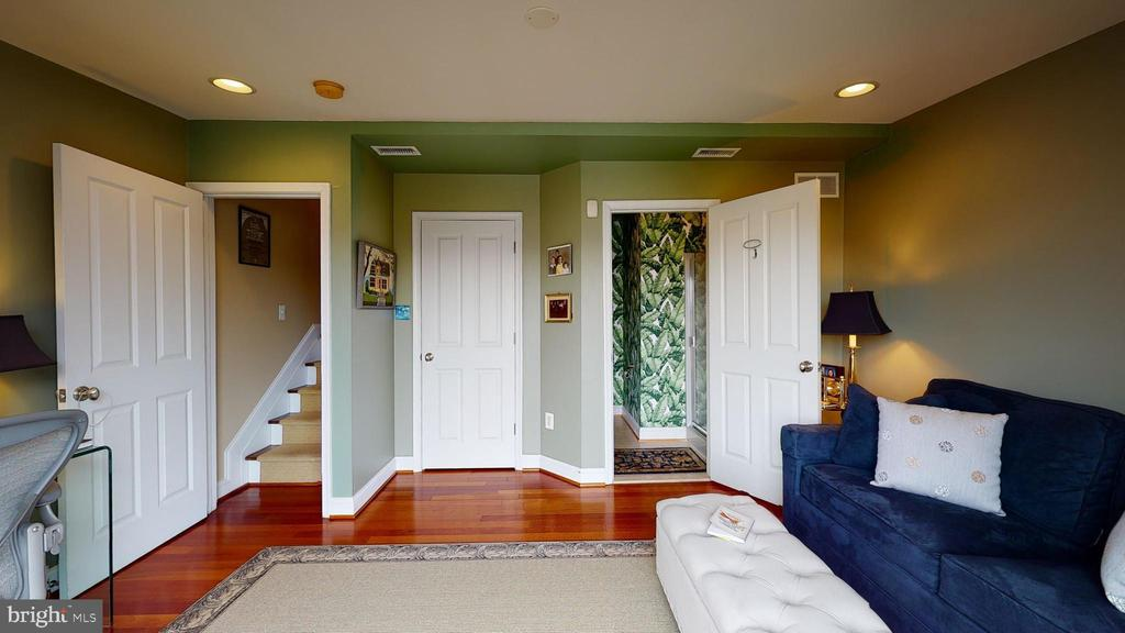 2nd bedroom with en suite full bath - 124 S PATTERSON PARK AVE, BALTIMORE