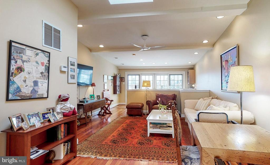 Vaulted ceilings, skylight, wet bars and balcony - 124 S PATTERSON PARK AVE, BALTIMORE