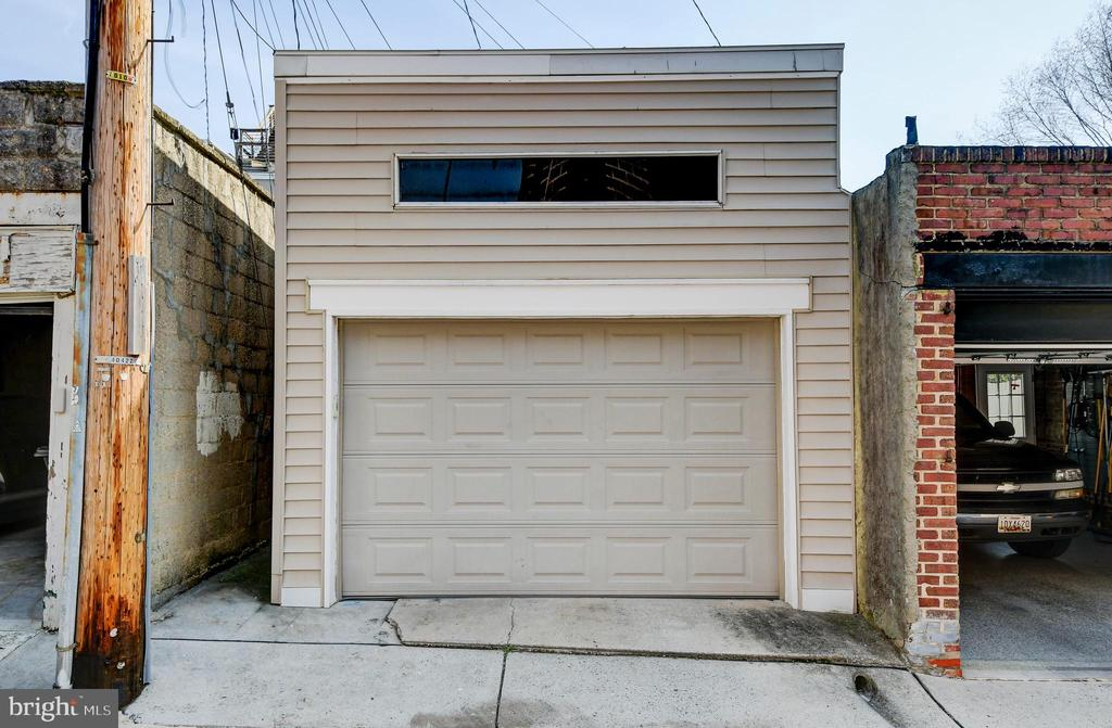Garage with vaulted ceiing, easy access to it! - 124 S PATTERSON PARK AVE, BALTIMORE