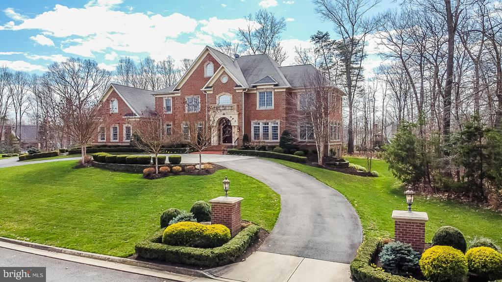 Beautiful arrival up the Circle Driveway - 2555 VALE RIDGE CT, OAKTON