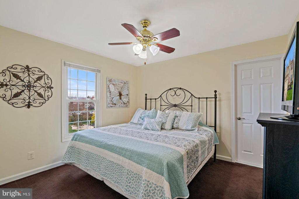 Bedroom #4 with Access to Full Bathroom - 201 STONELEDGE PL NE, LEESBURG