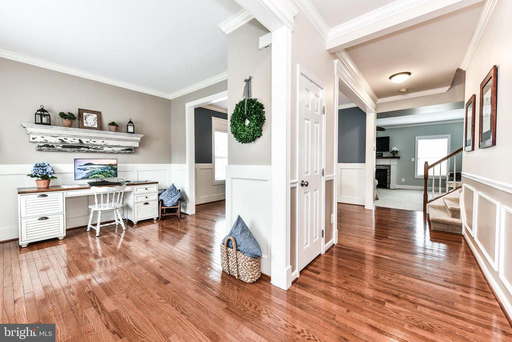 Welcoming entrance with hardwood floors! - 25974 KIMBERLY ROSE DR, CHANTILLY