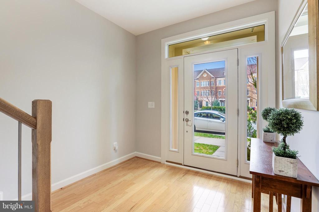 Welcoming foyer entrance - 44715 PLYMPTON SQ, ASHBURN