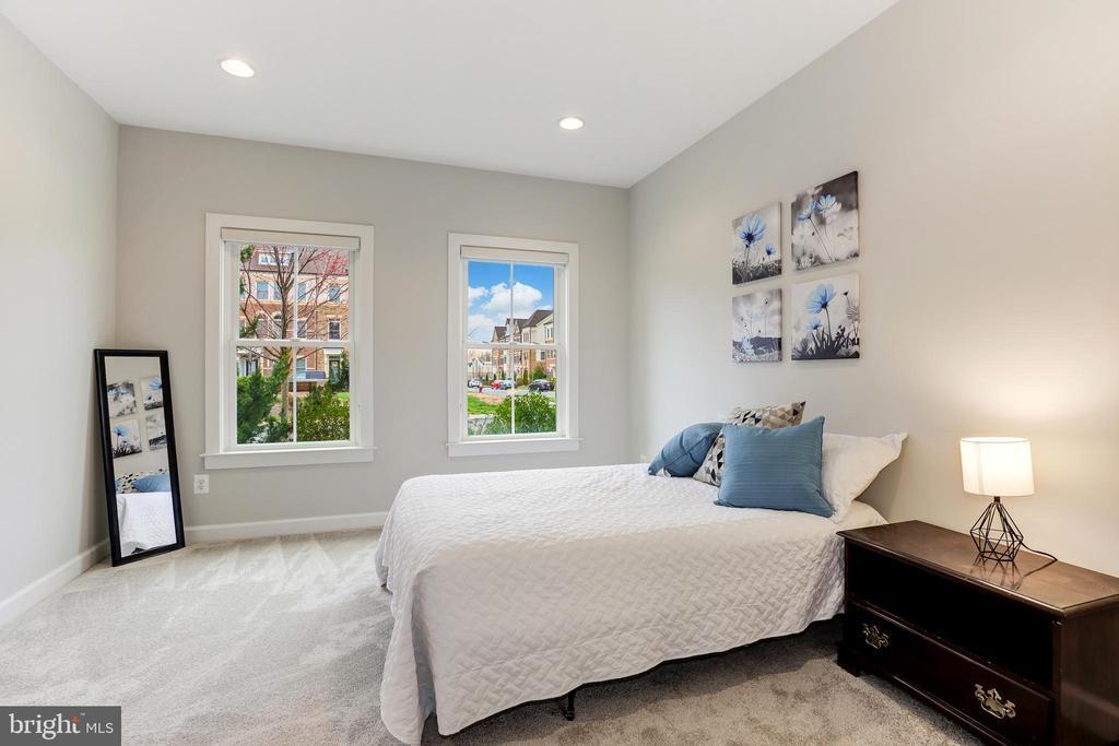 Convenient main level bedroom with full bathroom! - 44715 PLYMPTON SQ, ASHBURN