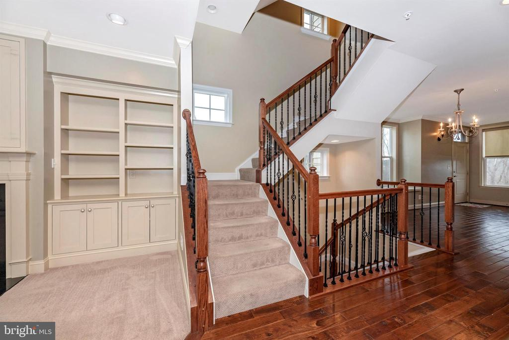 Custom built-ns, upgraded railing, natural light - 6961 COUNTRY CLUB TER, NEW MARKET