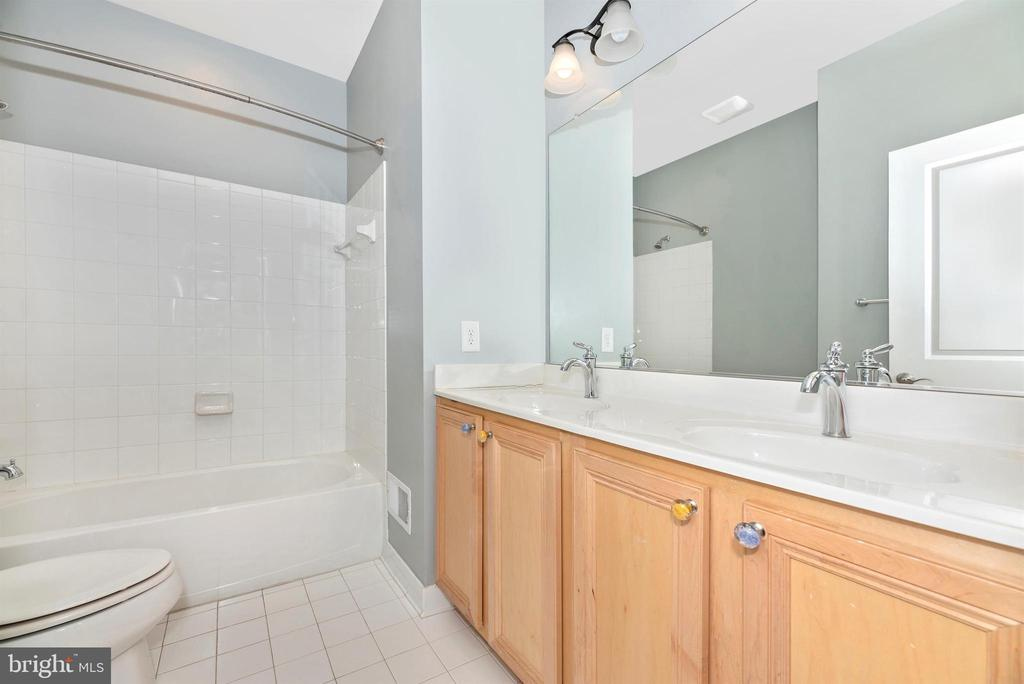 Hall bath - 6961 COUNTRY CLUB TER, NEW MARKET