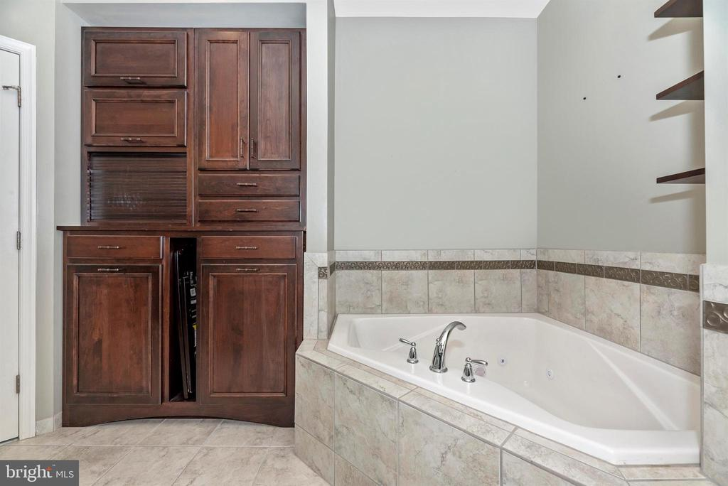 Master bath with custom cabinetry & pentagon tub!! - 6961 COUNTRY CLUB TER, NEW MARKET