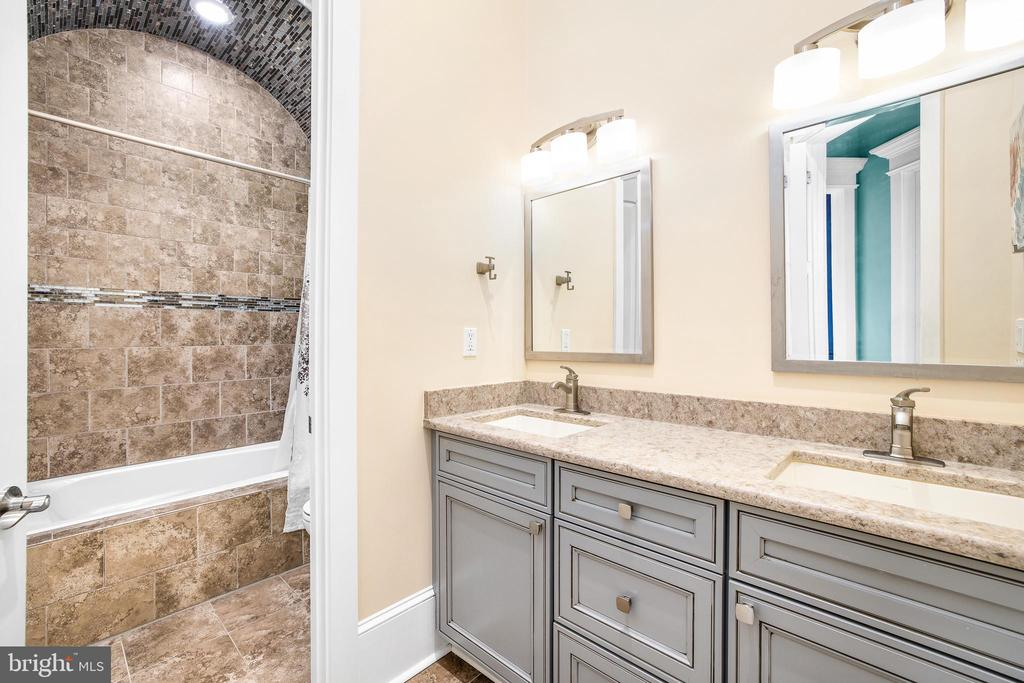 Hall Bathroom - 10403 TREATY CT, SPOTSYLVANIA