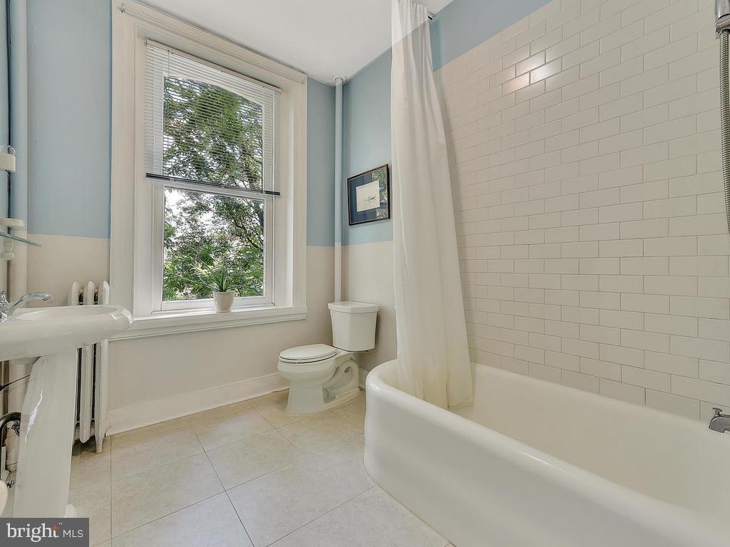 Third floor full bath! - 121 W 2ND ST, FREDERICK
