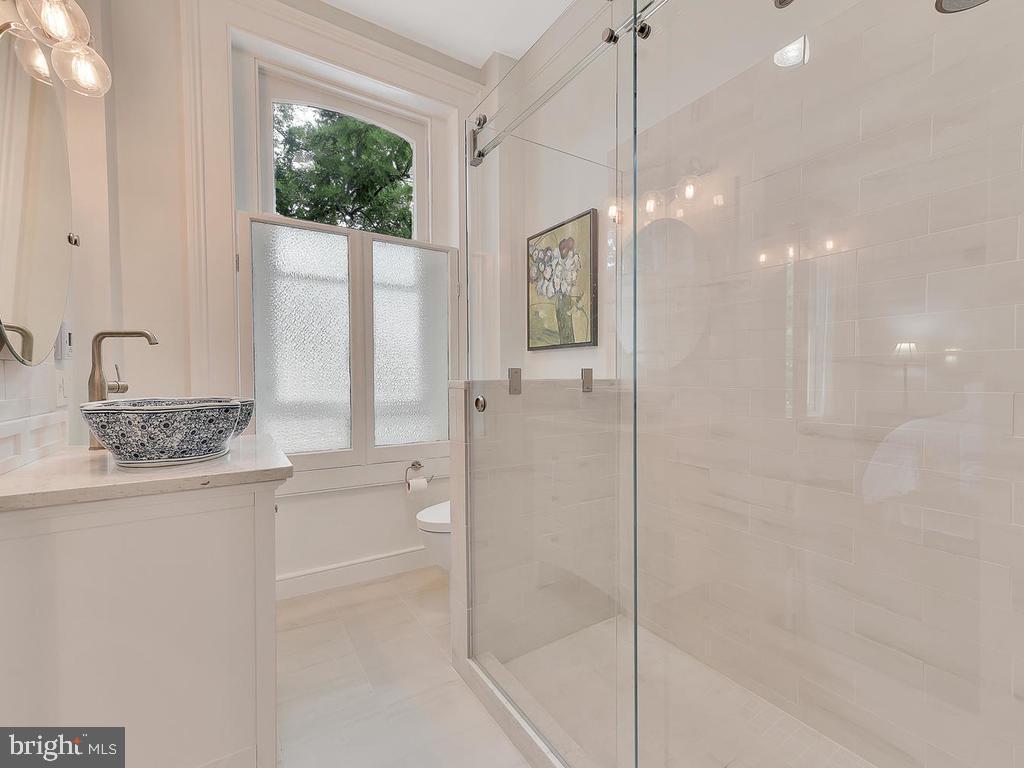 Italian tile, Toto toilet, heated floor...... - 121 W 2ND ST, FREDERICK