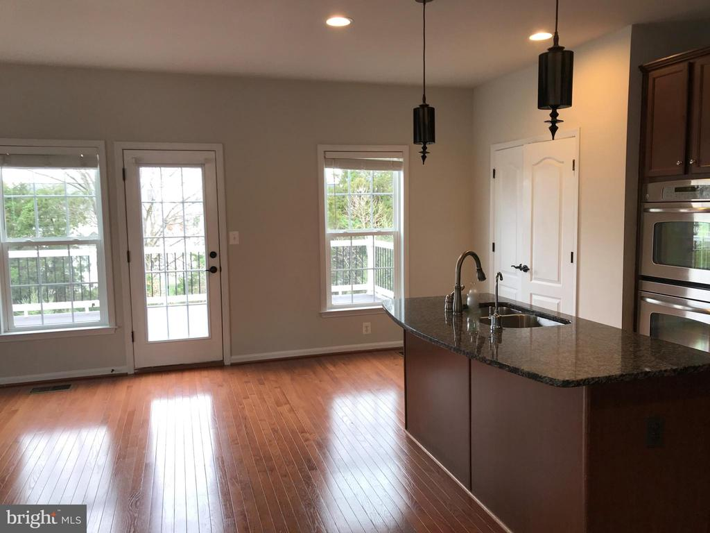 Kitchen with Family room and breakfast area - 41875 DIAMONDLEAF TER, ALDIE