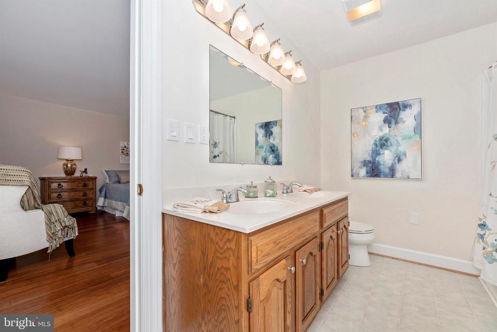 Main floor master bath - 4917 MUSSETTER RD, IJAMSVILLE