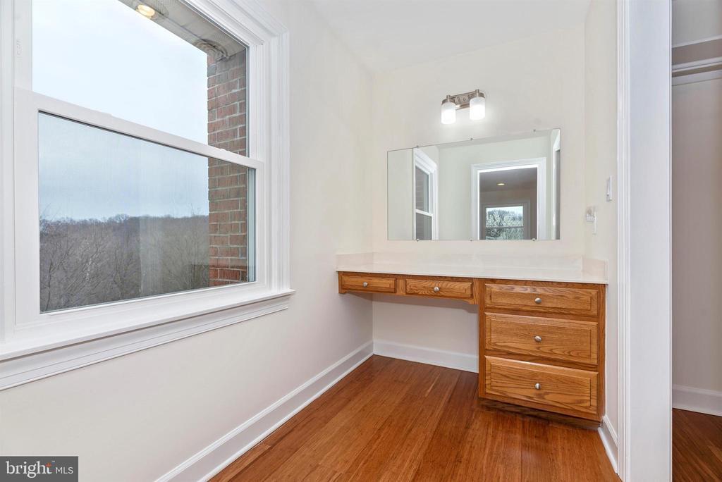 Vanity area off master bedroom - 4917 MUSSETTER RD, IJAMSVILLE