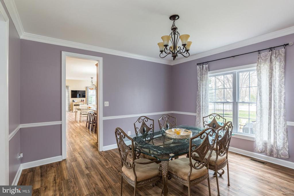 Crown molding, chair rail, chandelier dining room - 20226 BROAD RUN DR, STERLING