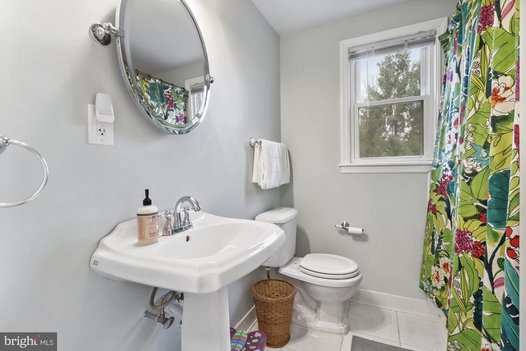 Upstairs full bath - 6814 JEFFERSON AVE, FALLS CHURCH