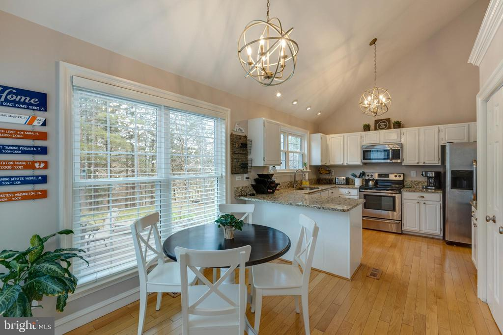 Eat-in kitchen w/view of backyard - 8206 CHERRY RIDGE RD, FAIRFAX STATION