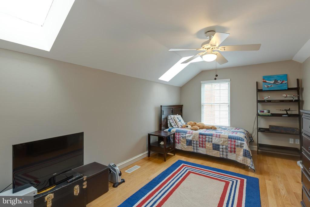 Large bedroom 2 has skylights - 8206 CHERRY RIDGE RD, FAIRFAX STATION