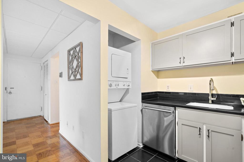 Built-in Washer/Dryer - 102 MONROE ST #101, ROCKVILLE
