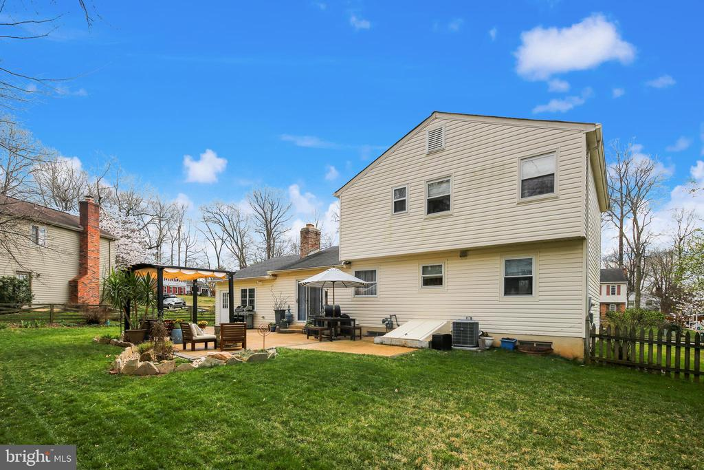 Back yard view with patio. Great for entertaining! - 5917 CROSSIN CT, BURKE