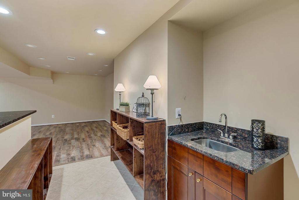 Entertain with full built in bar in LL rec room! - 43988 RIVERPOINT DR, LEESBURG