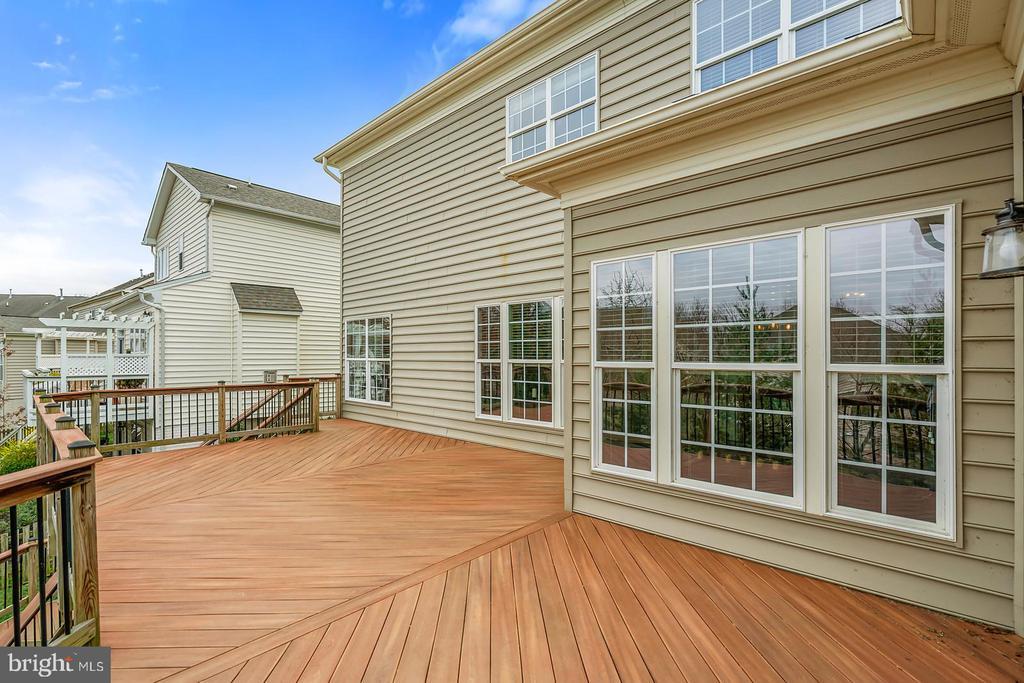 Lovely custom deck off open family & kitchen. - 43988 RIVERPOINT DR, LEESBURG