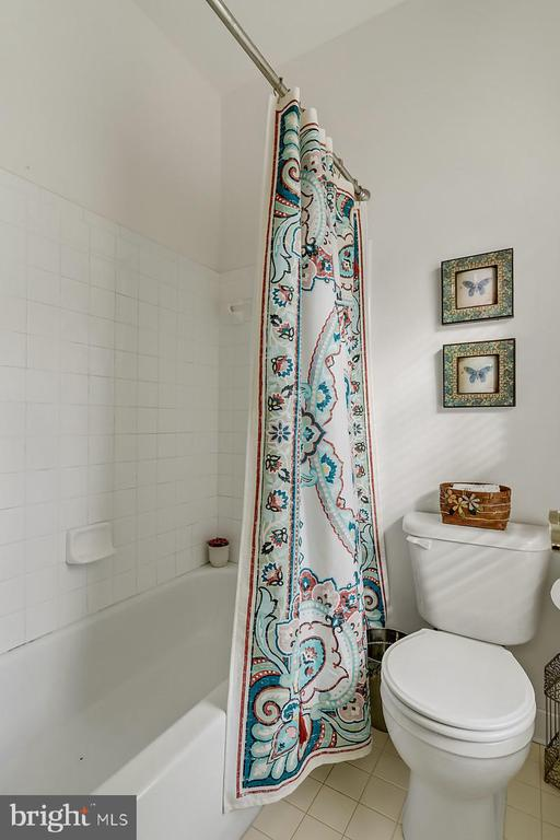 Sunny second upper level hall bath. - 43988 RIVERPOINT DR, LEESBURG